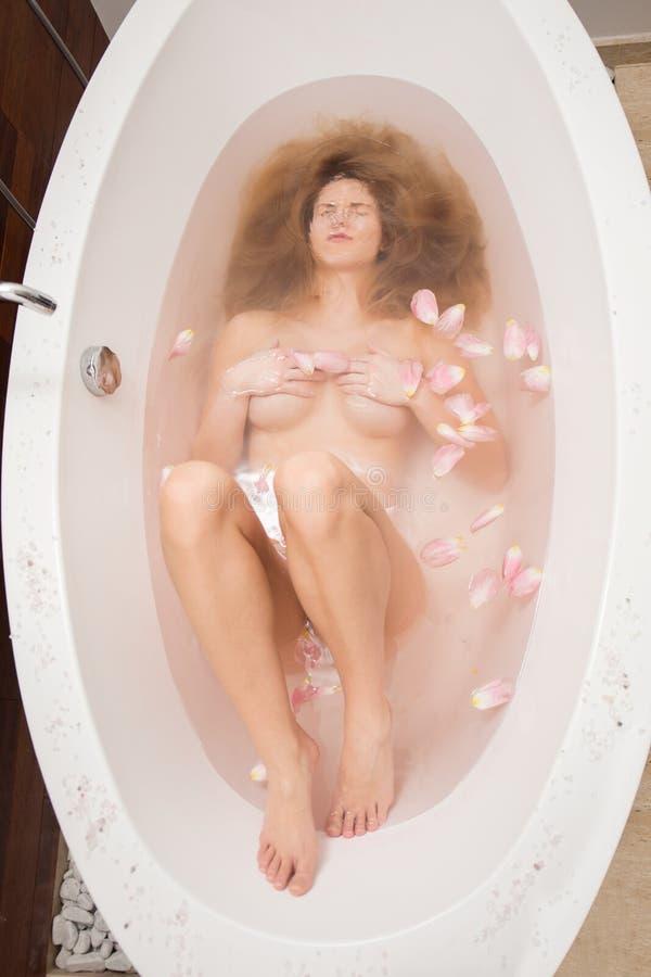 Frau unter Wasser stockfotos