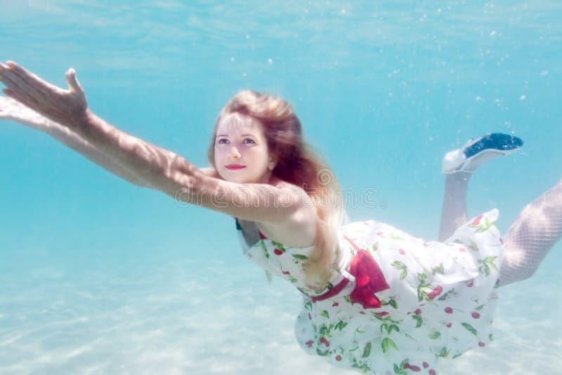 Frau Unterwasser lizenzfreie stockfotos
