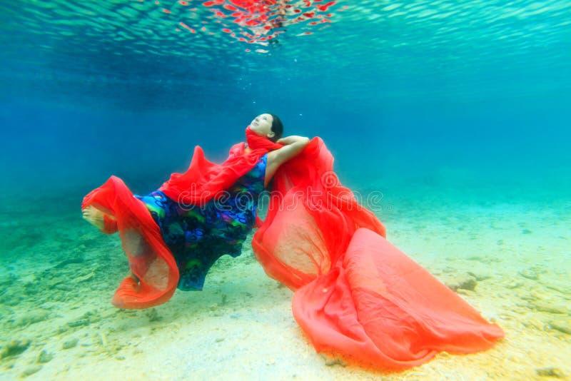 Frau Unterwasser lizenzfreie stockbilder