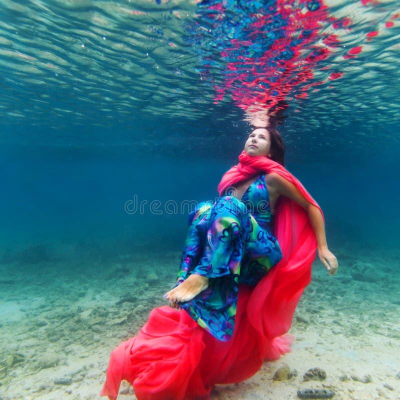 Frau Unterwasser stockfotografie
