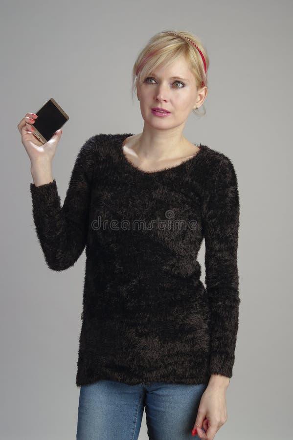 Frau usin Handy stockfoto