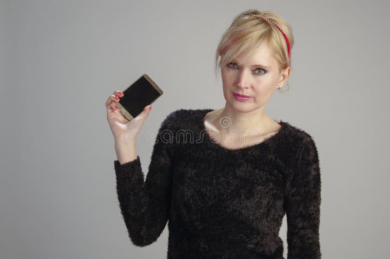 Frau usin Handy lizenzfreie stockfotos