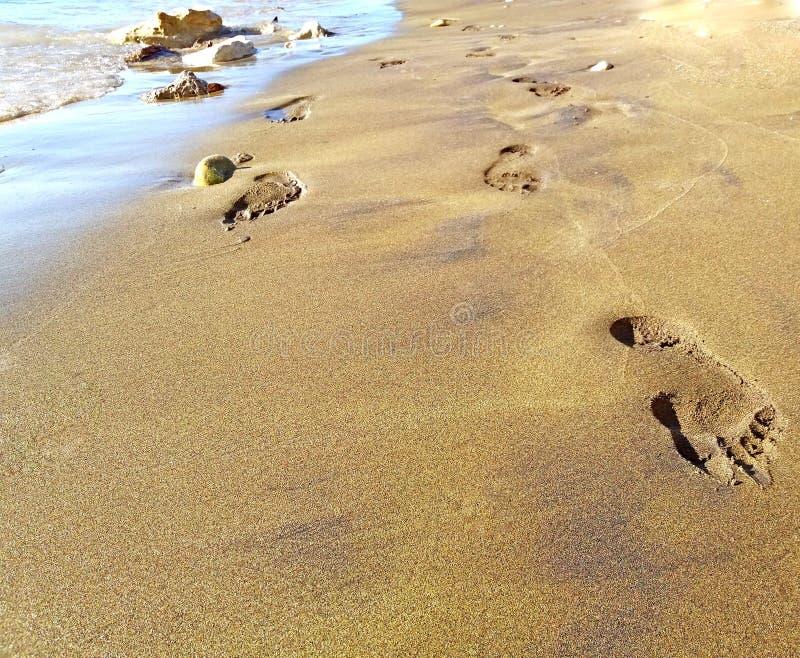 Frau verfolgt auf dem Sandstrand in dem Mittelmeer stockfoto