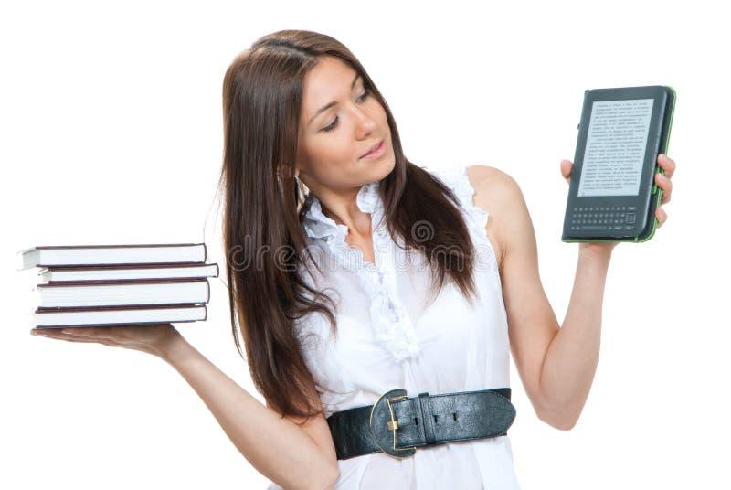 Frau vergleichen Bücher und neuen Radioapparat lizenzfreie stockbilder