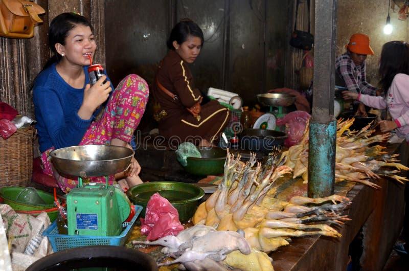 Frau verkauft rohe Hühner stockfotos