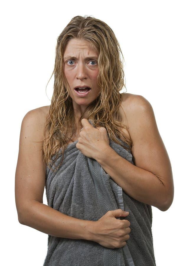 Frau verlässt eine Dusche, erschrocken lizenzfreie stockbilder