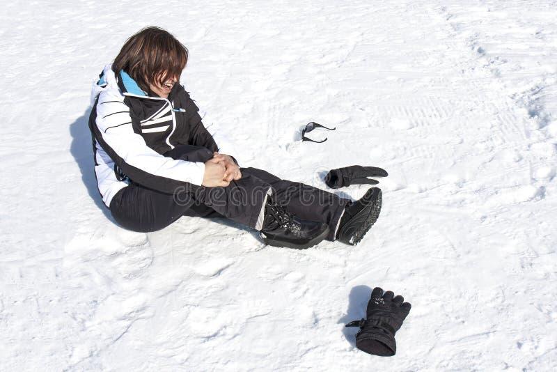 Frau verletzter Schnee-Fall-Schmerz-Bruch-Unfall lizenzfreie stockbilder
