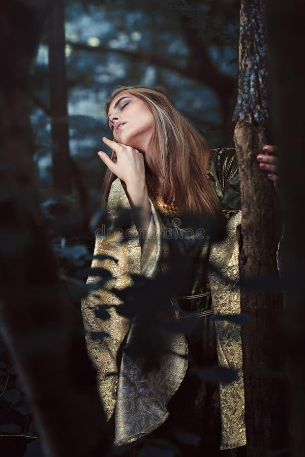 Frau verloren im magischen Holz lizenzfreie stockbilder