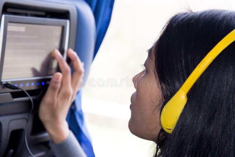 Frau verwendet an Bord der Anzeige lizenzfreie stockfotos