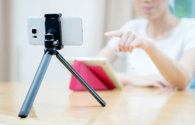 Frau vlogger, das unter Verwendung ipad Computers schaut und auf Video h filmt lizenzfreie stockfotos