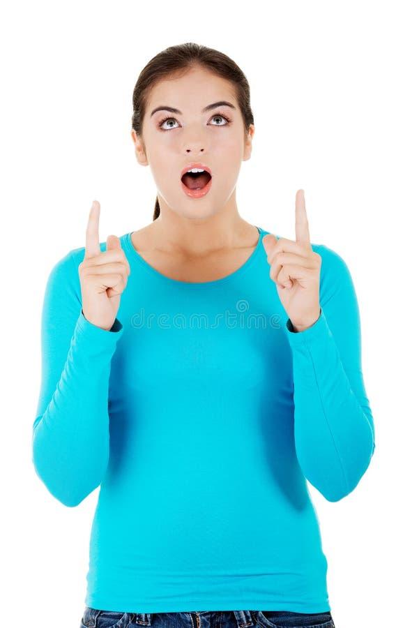 Frau in voller Länge, die oben zeigt lizenzfreies stockbild
