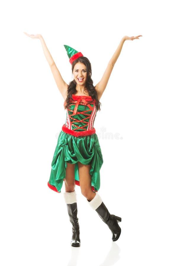 Frau in voller Länge mit den Händen, die oben Elfe tragen, kleidet stockfoto