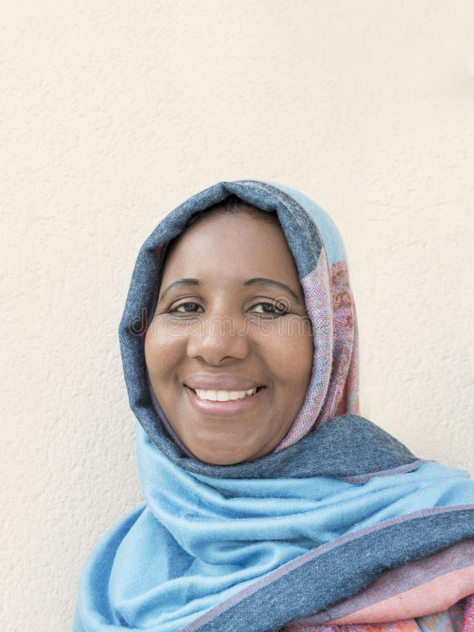 Frau von mittlerem Alter, die ein blaues Kopftuch trägt lizenzfreie stockfotos