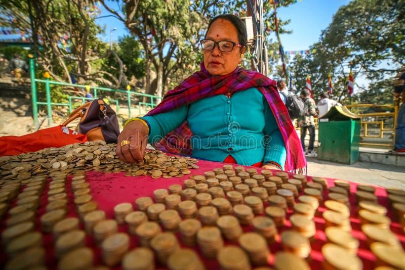 Frau von mittlerem Alter, die Münzen vereinbart stockbilder