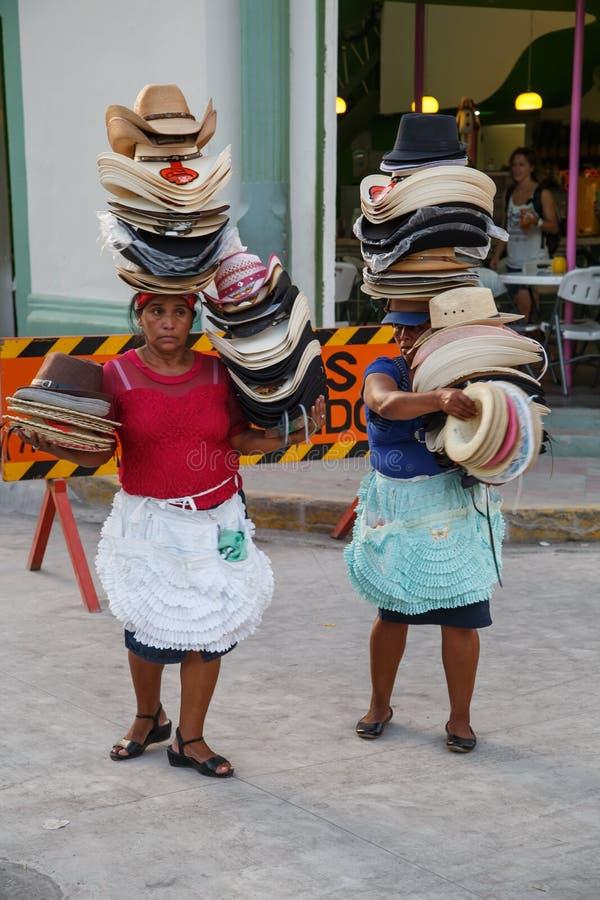 Frau von Nicaragua, Hüte auf der Straße verkaufend stockfoto