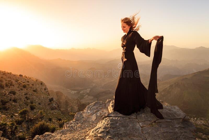 Frau von Oman in den Bergen lizenzfreie stockfotografie