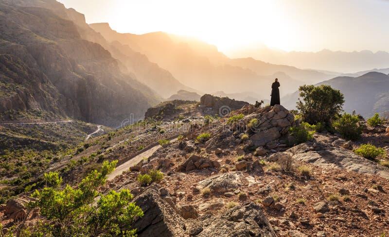 Frau von Oman in den Bergen stockfotografie