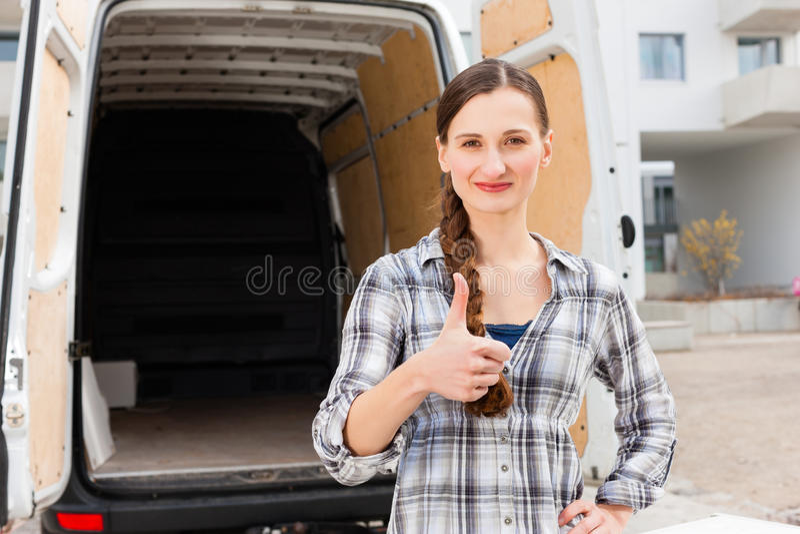 Frau vor beweglichem LKW lizenzfreies stockfoto