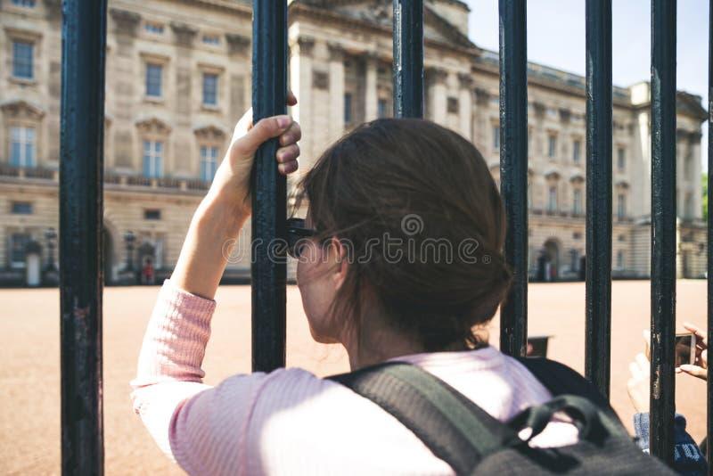 Frau vor Buckingham-Palast London stockfoto
