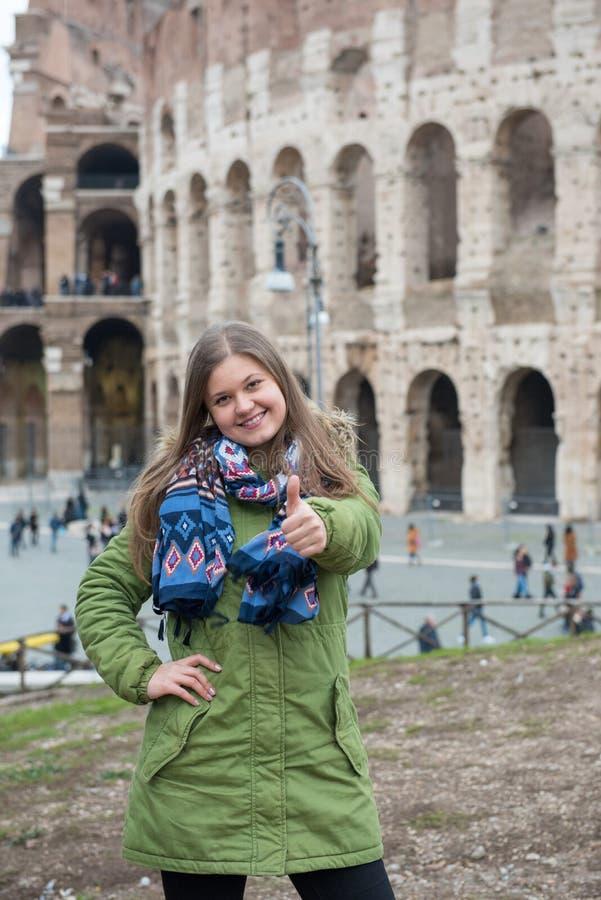 Frau vor Colosseum, ROM lizenzfreies stockfoto
