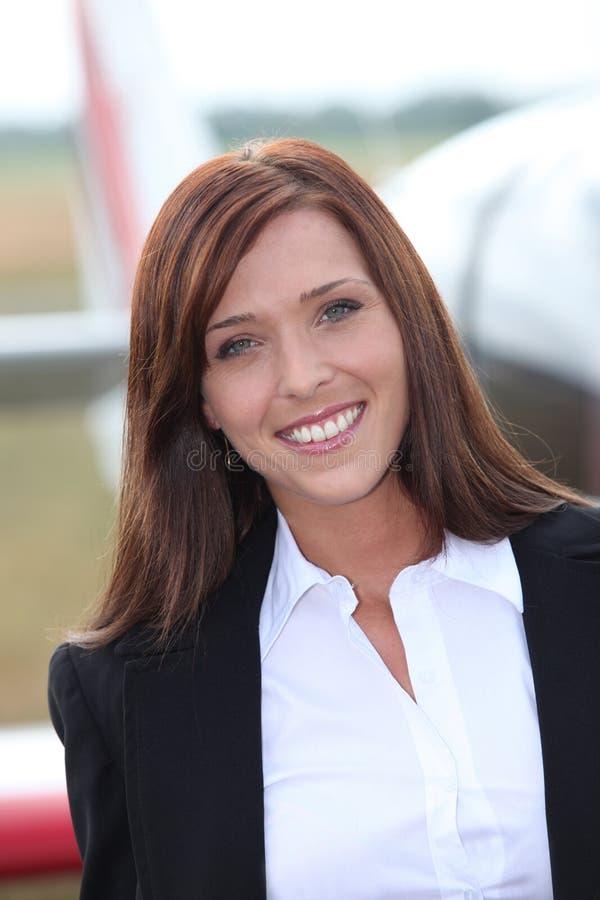 Frau vor Flugzeug lizenzfreies stockbild