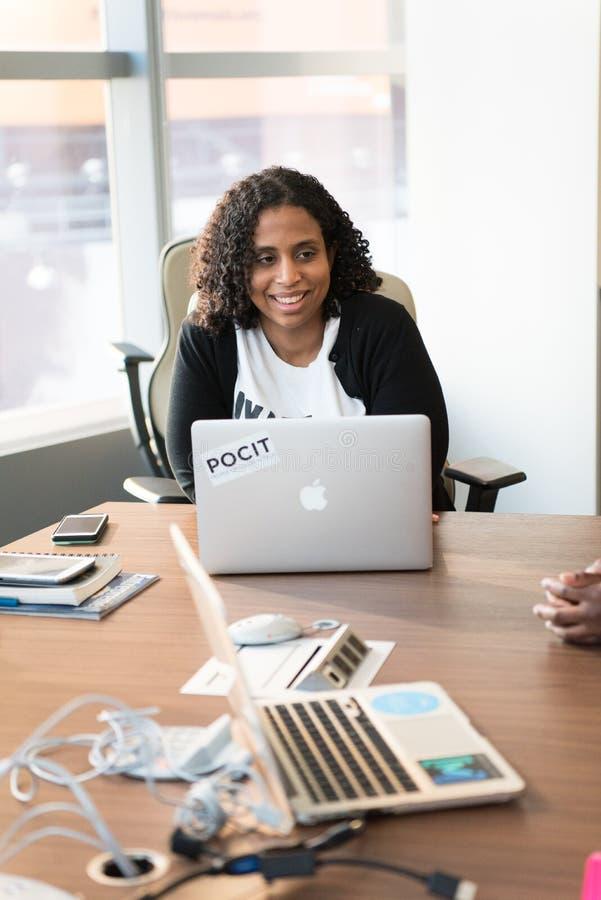 Frau vor Laptop-Computer lizenzfreie stockfotos