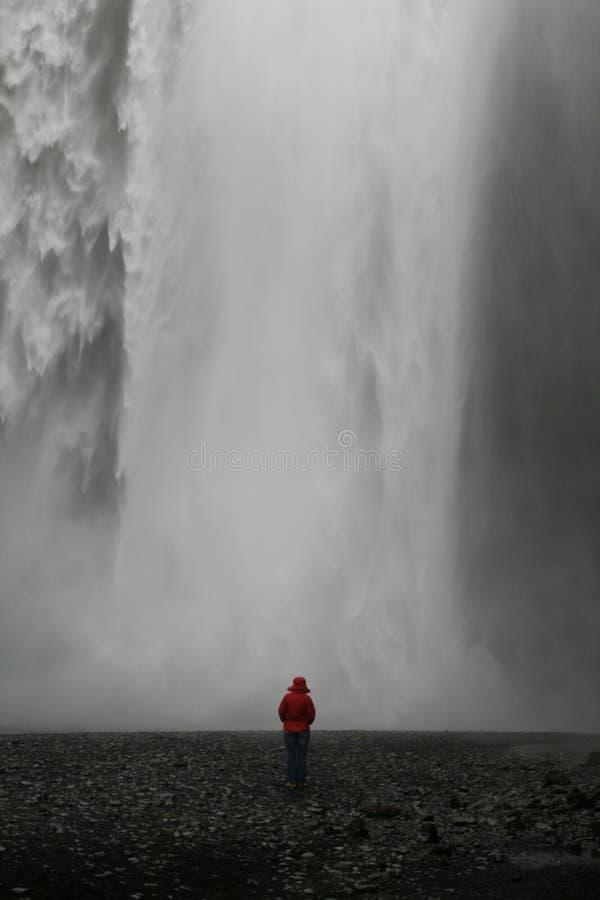 Frau vor Wasserfall stockfoto