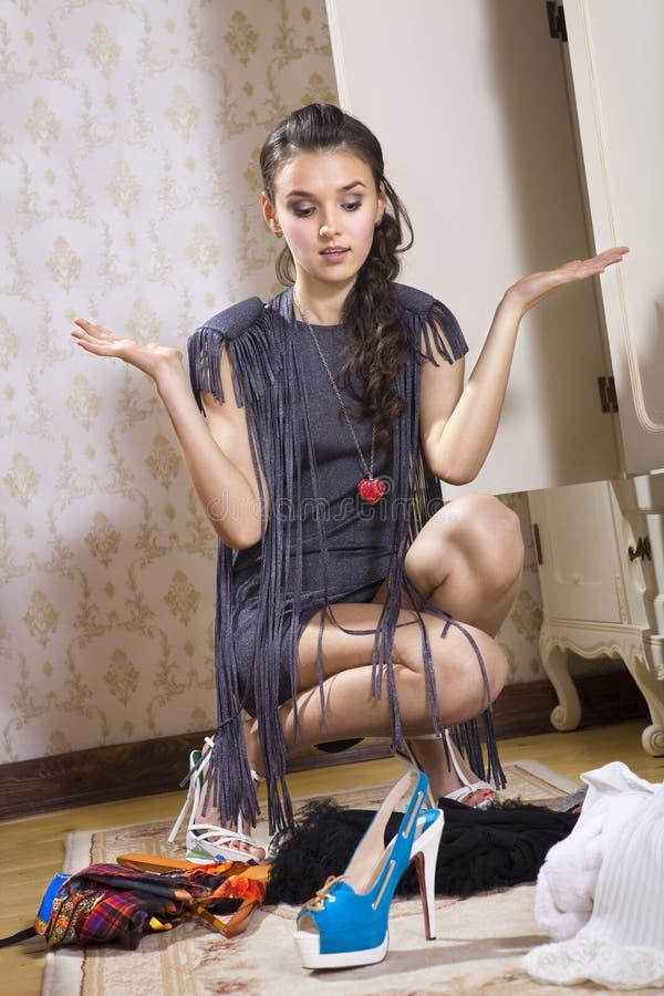 Frau wählt Schuhe stockbilder
