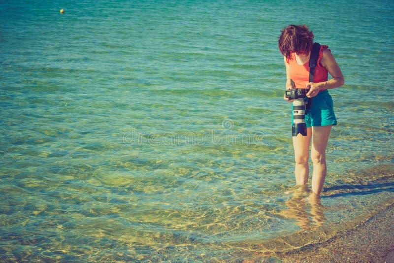 Frau während der Ferien Foto des Meerwassers machend lizenzfreies stockfoto