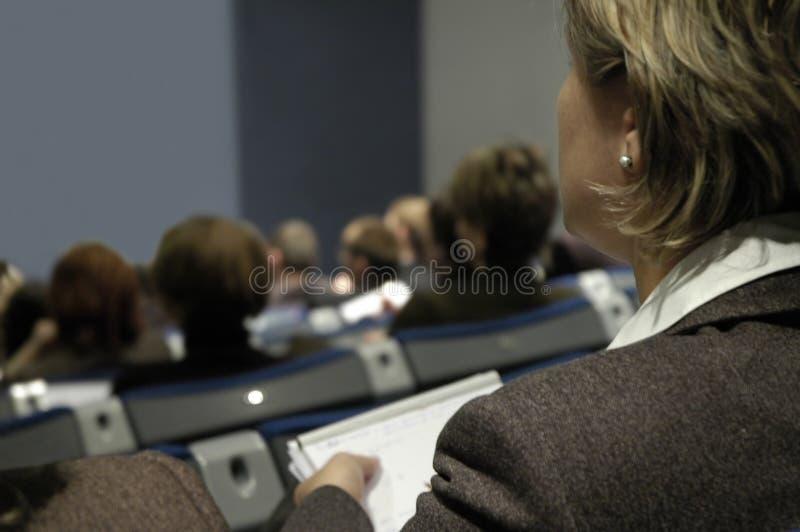 Frau während der Konferenz lizenzfreie stockfotos