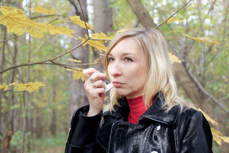 Frau wünschen zu relievie asthmatischem Angriff lizenzfreie stockfotos
