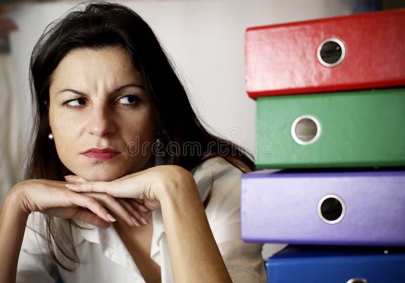 Frau, welche die Bürofaltblätter betrachtet. stockfotografie