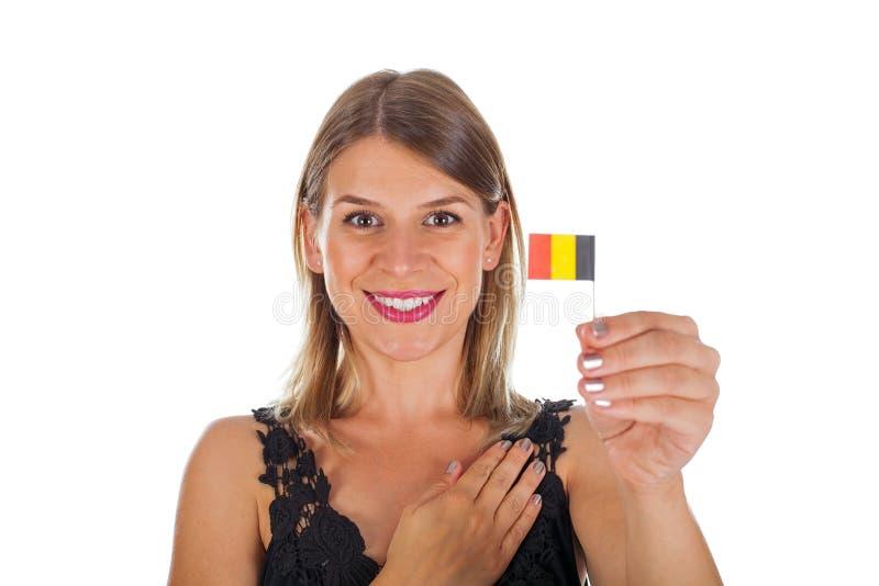 Frau, welche die deutsche Flagge auf lokalisiert hält lizenzfreies stockfoto