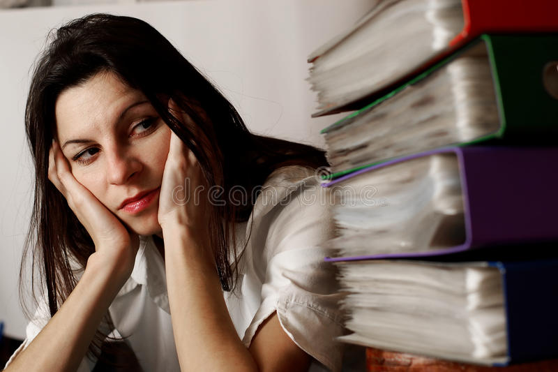 Frau, welche die Faltblätter betrachtet. lizenzfreies stockbild
