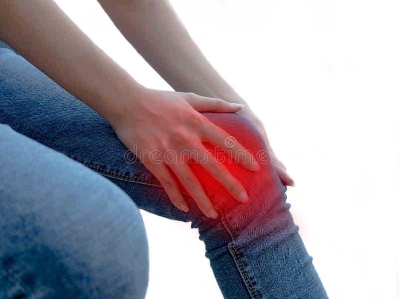 Frau, welche die Knieschmerz im ?rztlichen Dienst hat Bruch-und Verstauchungen unerkennbares lokalisiert auf weißem Hintergrund,  lizenzfreie stockbilder