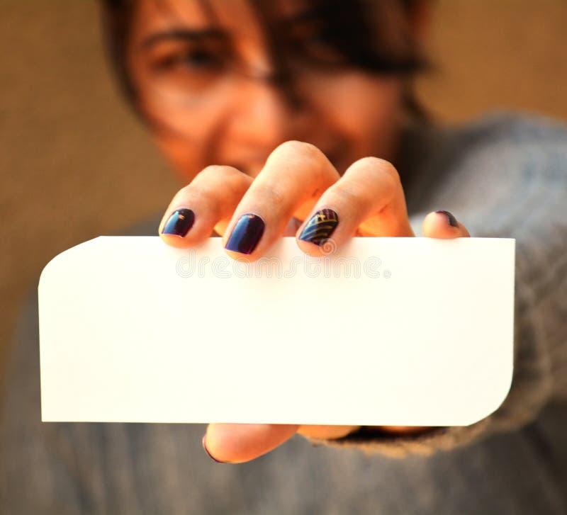 Frau, welche die leere Karte zeigt lizenzfreie stockfotos