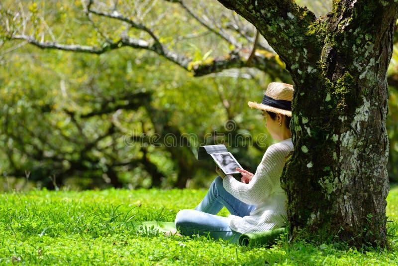 Frau, welche die Natur genießt lizenzfreie stockbilder