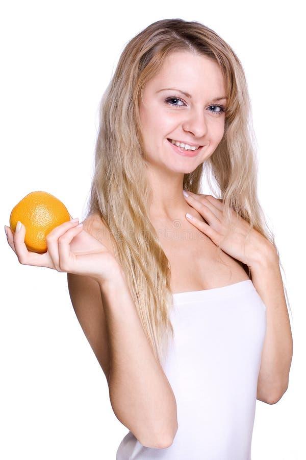 Frau, welche die Orange anhält lizenzfreies stockbild
