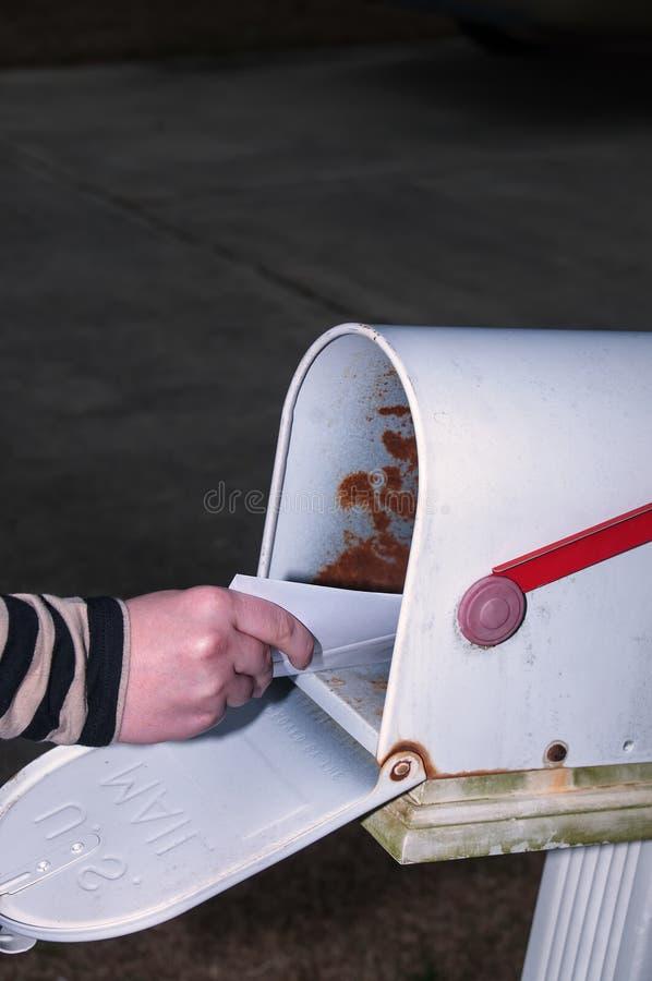 Frau, welche die Post überprüft lizenzfreie stockbilder