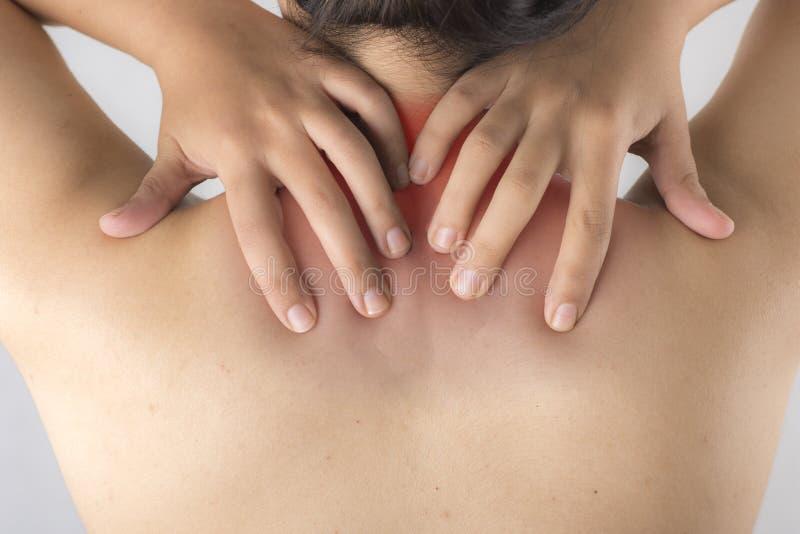 Frau, welche die Schmerz an ihrem Hals und an Rückseite hat lizenzfreies stockbild