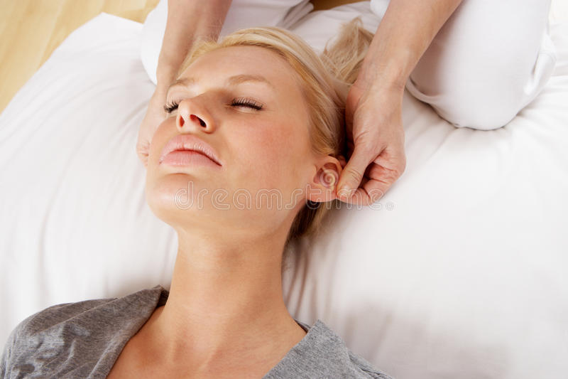 Frau, welche die Shiatsu Massage zum voranzugehen hat stockbilder