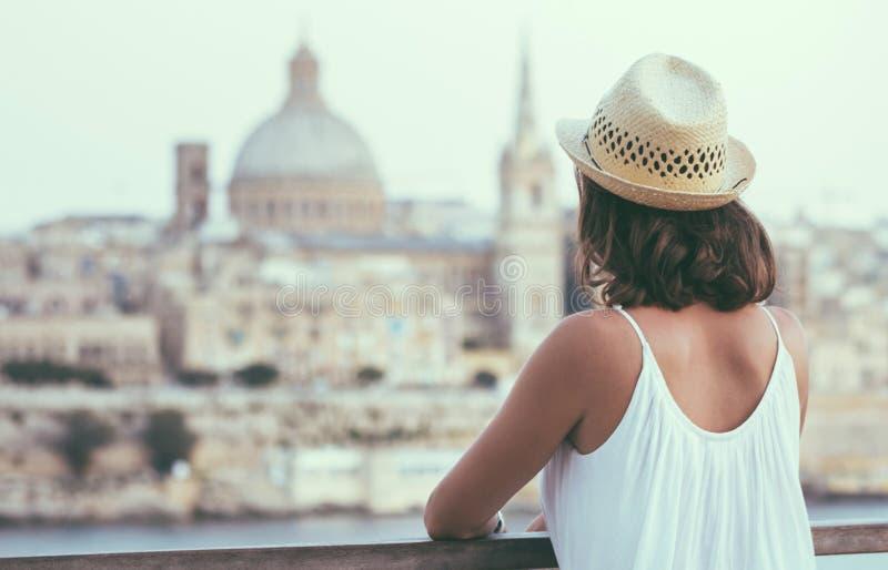 Frau, welche die Skyline alter Valletta-Stadt in Malta aufpasst lizenzfreies stockbild