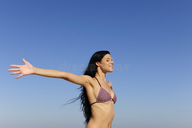 Frau, welche die Sonne genießt stockfotografie
