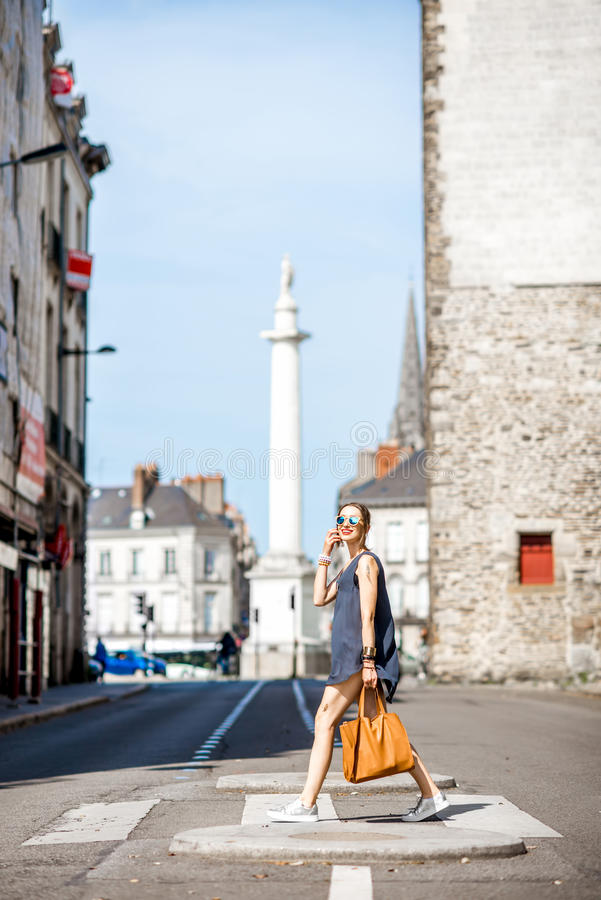 Frau, welche die Straße in der alten Stadt kreuzt stockfotos