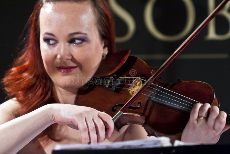 Frau, welche die Violine an der Wien-Kugel spielt stockfoto