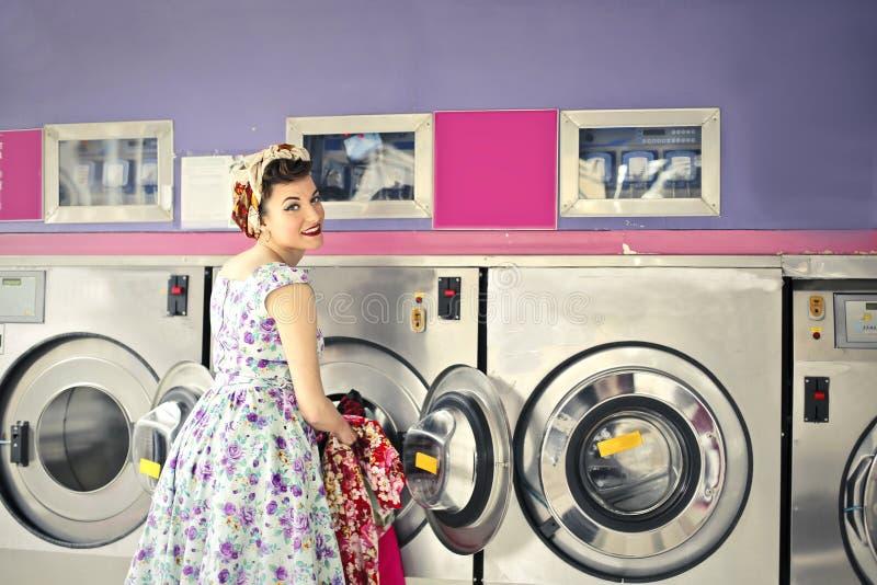 Frau, welche die Wäscherei tut lizenzfreies stockfoto