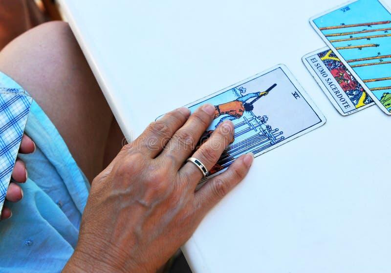 Frau, welche die Zukunft und das Vermögen in den Tarockkarten liest lizenzfreie stockfotos