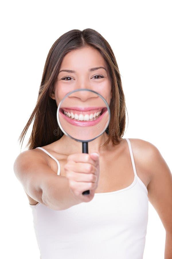 Frau, welche perfektem Lächeln die weißen Zähne zahnmedizinisch zeigt lizenzfreie stockfotografie