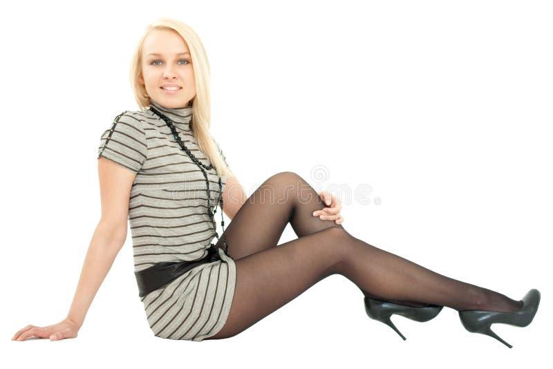 Frau in wenig Kleidsitzen lizenzfreies stockbild
