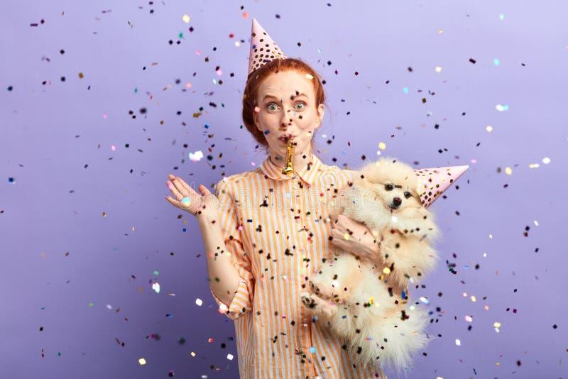 Frau werfende Arty für ihr entzückendes Haustier lizenzfreies stockfoto